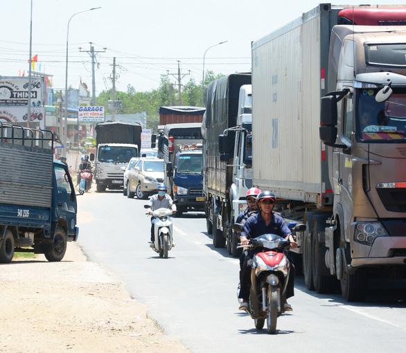 Hai xe máy va chạm ở Bình Thuận, quốc lộ 1 về TP.HCM nhanh chóng ùn ứ - Ảnh 3.