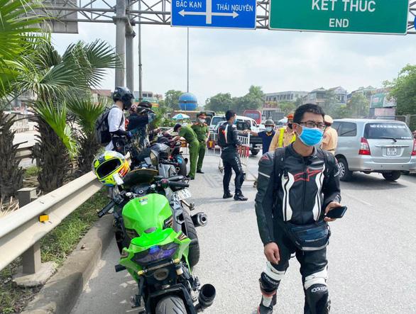 Đoàn môtô khủng đi vào cao tốc Hà Nội - Thái Nguyên bị cảnh sát chốt chặn - Ảnh 1.