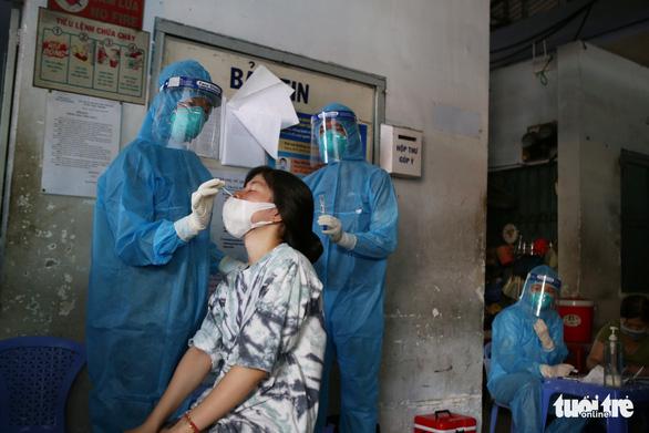 TP.HCM: Người dân bất ngờ khi được lấy mẫu xét nghiệm COVID-19 tại chợ - Ảnh 3.