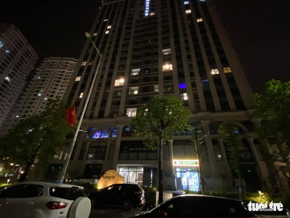 Kiểm tra chung cư Hà Nội trong đêm, phát hiện hàng chục người nhập cảnh trái phép - Ảnh 1.