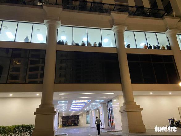 Kiểm tra chung cư Hà Nội trong đêm, phát hiện hàng chục người nhập cảnh trái phép - Ảnh 2.