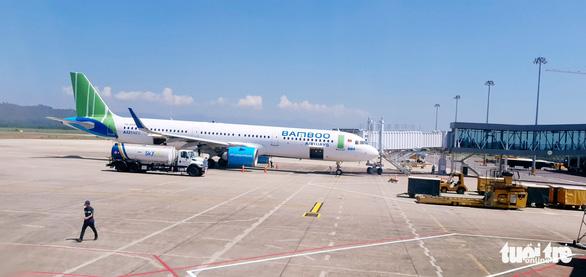 Đang hạ cánh xuống Côn Đảo, máy bay lại va phải chim, hàng loạt chuyến bay bị hủy - Ảnh 1.