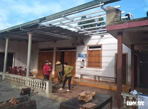 Hàng loạt nhà dân Hà Tĩnh tốc mái, hư hỏng nặng do lốc xoáy - Ảnh 1.