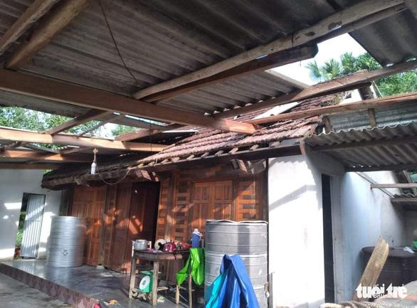 Hàng loạt nhà dân Hà Tĩnh tốc mái, hư hỏng nặng do lốc xoáy - Ảnh 3.