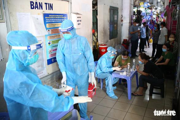 TP.HCM: Người dân bất ngờ khi được lấy mẫu xét nghiệm COVID-19 tại chợ - Ảnh 6.