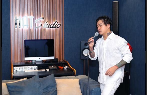 Hoàng Quyên thành nàng Eva, Quang Trung hát livestream mùa dịch đạt nửa triệu lượt xem - Ảnh 7.