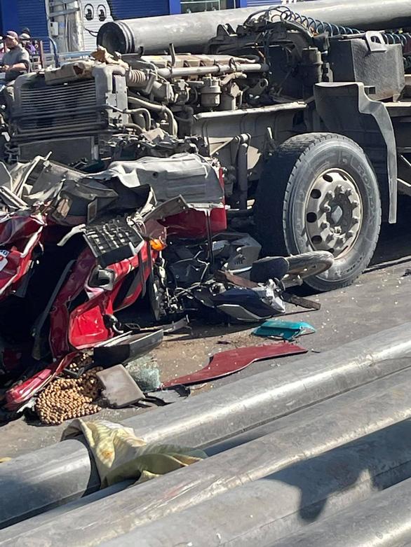 Xe đầu kéo va chạm xe máy, nhiều cột bêtông cày nát cabin, 2 người nguy kịch - Ảnh 3.