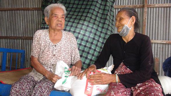 Cụ già 80 tuổi bán rau kiếm tiền tặng người nghèo - Ảnh 1.