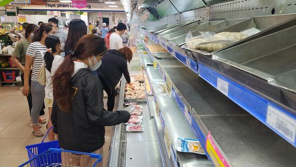 Chợ, siêu thị hoạt động trong ngày giãn cách - Ảnh 1.