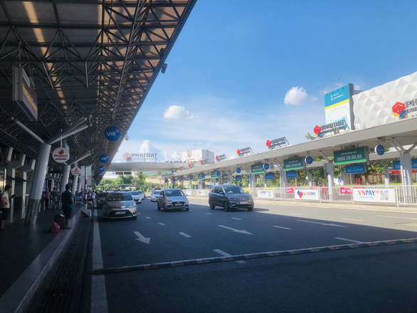 Người dân vội vã mua vé máy bay giờ chót để rời TP.HCM, hãng bay phải tăng chuyến - Ảnh 3.