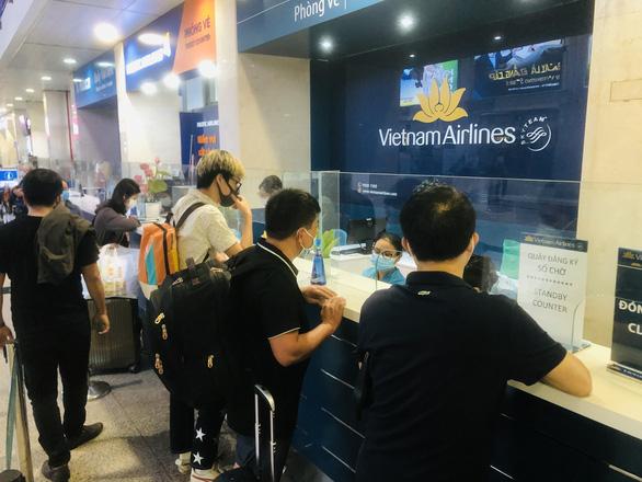 Người dân vội vã mua vé máy bay giờ chót để rời TP.HCM, hãng bay phải tăng chuyến - Ảnh 1.