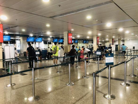 Người dân vội vã mua vé máy bay giờ chót để rời TP.HCM, hãng bay phải tăng chuyến - Ảnh 2.