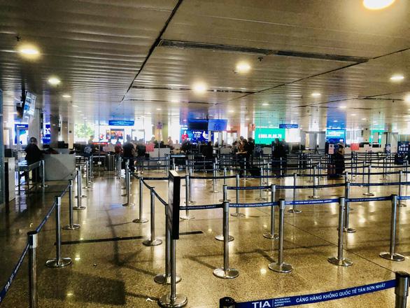 Người dân vội vã mua vé máy bay giờ chót để rời TP.HCM, hãng bay phải tăng chuyến - Ảnh 4.