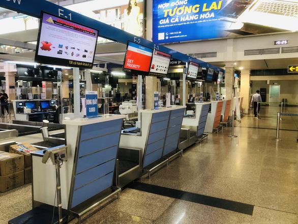 Người dân vội vã mua vé máy bay giờ chót để rời TP.HCM, hãng bay phải tăng chuyến - Ảnh 6.