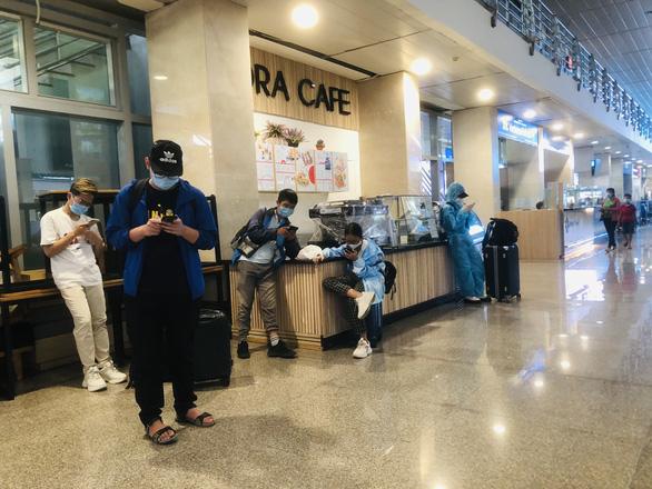 Người dân vội vã mua vé máy bay giờ chót để rời TP.HCM, hãng bay phải tăng chuyến - Ảnh 7.