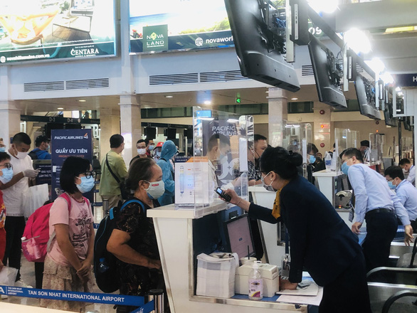 Người dân vội vã mua vé máy bay giờ chót để rời TP.HCM, hãng bay phải tăng chuyến - Ảnh 5.