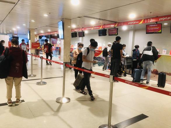 Người dân vội vã mua vé máy bay giờ chót để rời TP.HCM, hãng bay phải tăng chuyến - Ảnh 8.