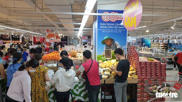 TP.HCM: Nhiều người vội đi mua thực phẩm, siêu thị sẵn sàng tăng nguồn cung - Ảnh 11.