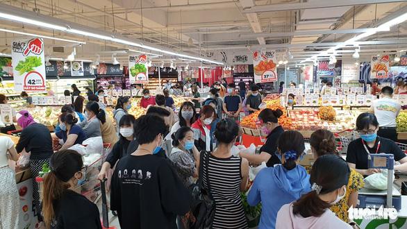 TP.HCM: Nhiều người vội đi mua thực phẩm, siêu thị sẵn sàng tăng nguồn cung - Ảnh 10.