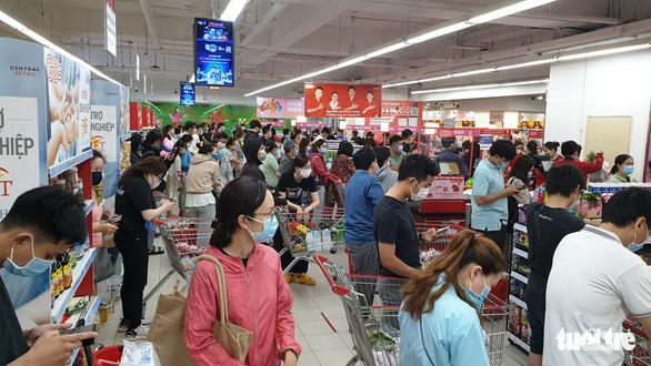 TP.HCM: Nhiều người vội đi mua thực phẩm, siêu thị sẵn sàng tăng nguồn cung - Ảnh 8.