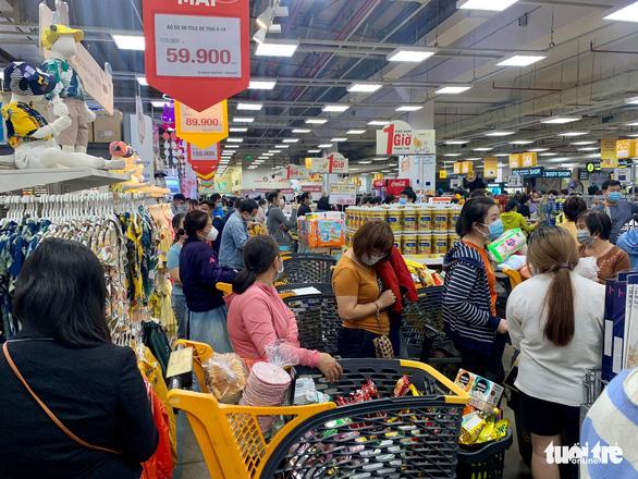 TP.HCM: Nhiều người vội đi mua thực phẩm, siêu thị sẵn sàng tăng nguồn cung - Ảnh 4.