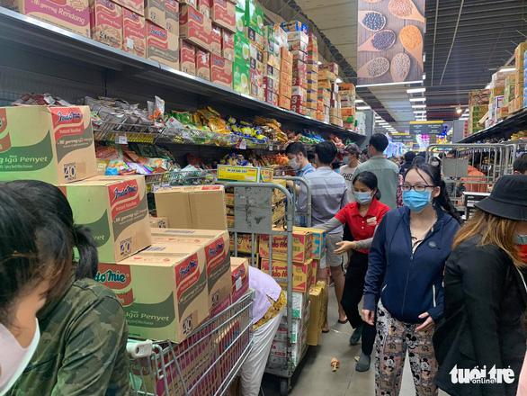 TP.HCM: Nhiều người vội đi mua thực phẩm, siêu thị sẵn sàng tăng nguồn cung - Ảnh 5.