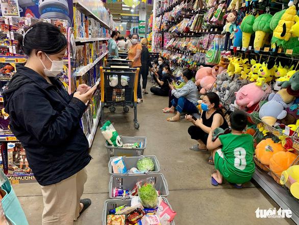 TP.HCM: Nhiều người vội đi mua thực phẩm, siêu thị sẵn sàng tăng nguồn cung - Ảnh 12.