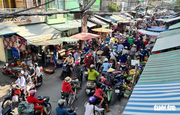 TP.HCM: Nhiều người vội đi mua thực phẩm, siêu thị sẵn sàng tăng nguồn cung - Ảnh 1.