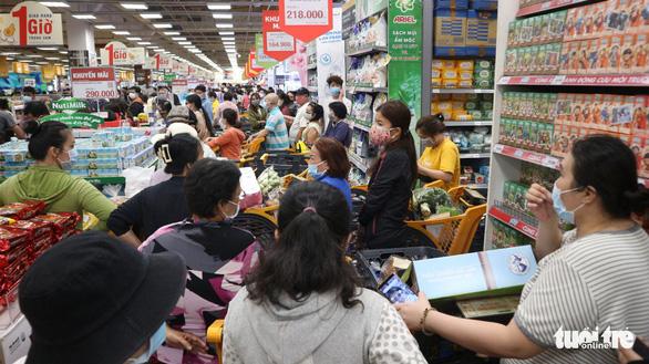 TP.HCM: Nhiều người vội đi mua thực phẩm, siêu thị sẵn sàng tăng nguồn cung - Ảnh 3.