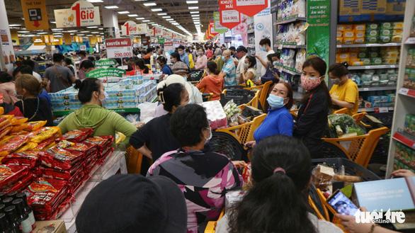 TP.HCM: Nhiều người vội đi mua thực phẩm, siêu thị sẵn sàng tăng nguồn cung - Ảnh 9.