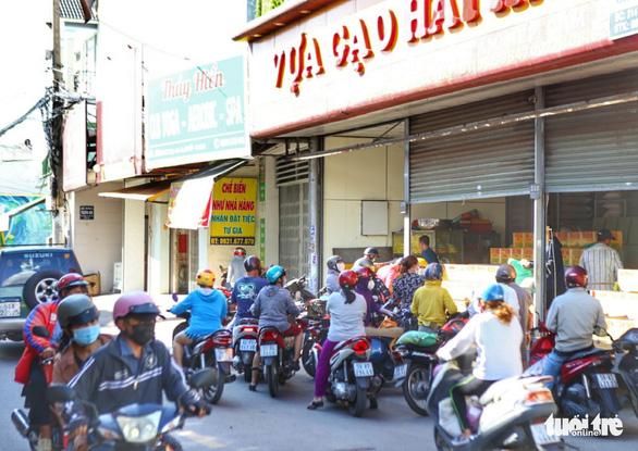 TP.HCM: Nhiều người vội đi mua thực phẩm, siêu thị sẵn sàng tăng nguồn cung - Ảnh 7.