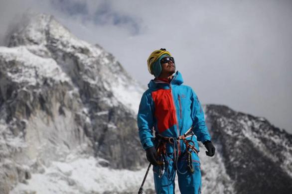 Người khiếm thị đầu tiên ở châu Á chinh phục thành công đỉnh Everest - Ảnh 1.