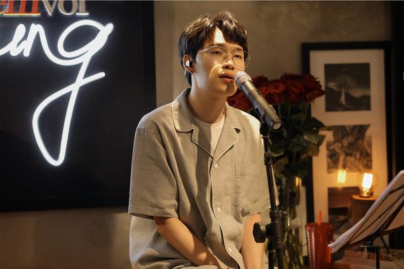 Hoàng Quyên thành nàng Eva, Quang Trung hát livestream mùa dịch đạt nửa triệu lượt xem - Ảnh 8.