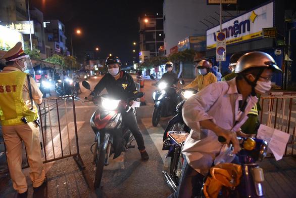 Tái lập 10 chốt kiểm soát ra vào quận Gò Vấp trong đêm 31-5 - Ảnh 5.