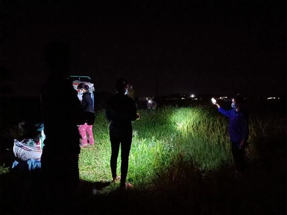 Áo xanh gặt lúa giúp dân vùng tâm dịch Bắc Giang - Ảnh 1.