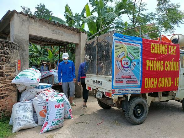 Áo xanh gặt lúa giúp dân vùng tâm dịch Bắc Giang - Ảnh 5.
