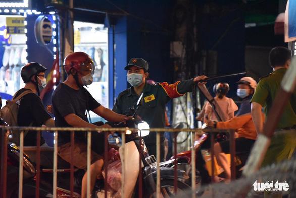 Tái lập 10 chốt kiểm soát ra vào quận Gò Vấp trong đêm 31-5 - Ảnh 2.