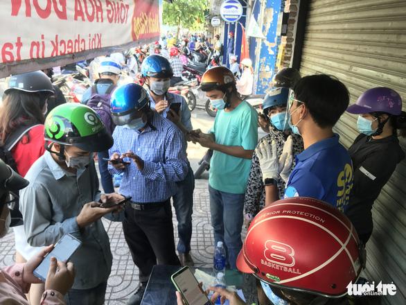 Chủ tịch UBND quận Gò Vấp: Hôm nay người dân tạm đi lại bình thường, phải khai báo y tế - Ảnh 6.