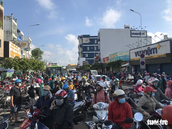 Chủ tịch UBND quận Gò Vấp: Hôm nay người dân tạm đi lại bình thường, phải khai báo y tế - Ảnh 2.