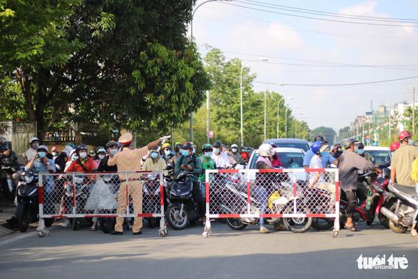 Chủ tịch UBND quận Gò Vấp: Hôm nay người dân tạm đi lại bình thường, phải khai báo y tế - Ảnh 8.