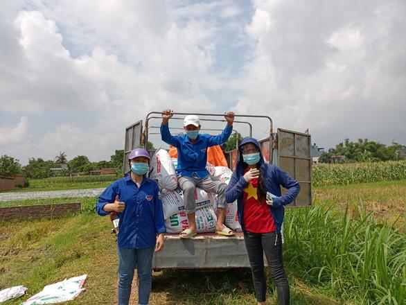 Áo xanh gặt lúa giúp dân vùng tâm dịch Bắc Giang - Ảnh 4.