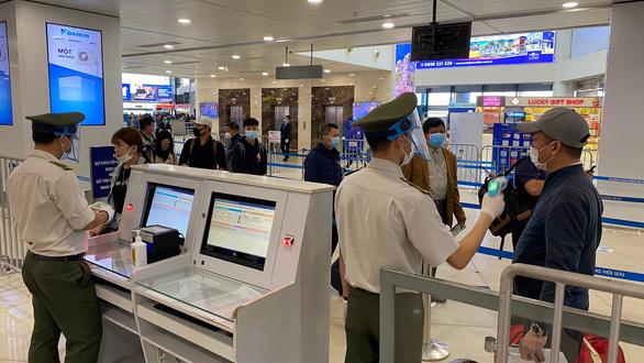 Tạm dừng nhập cảnh vào sân bay Nội Bài và Tân Sơn Nhất - Ảnh 1.