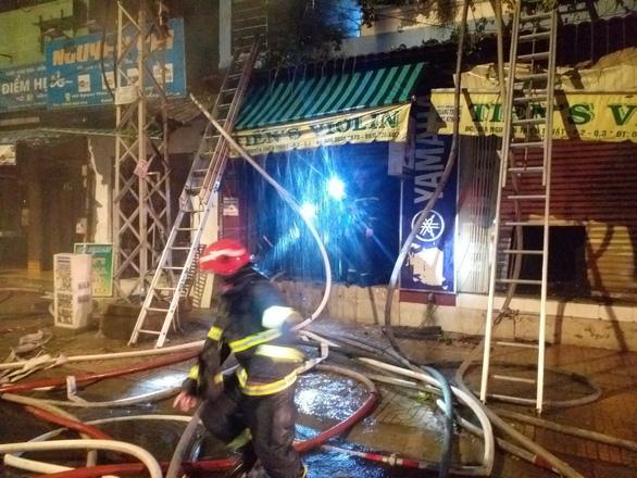 Cứu 4 người thoát khỏi đám cháy sau khi TP.HCM giãn cách xã hội - Ảnh 2.