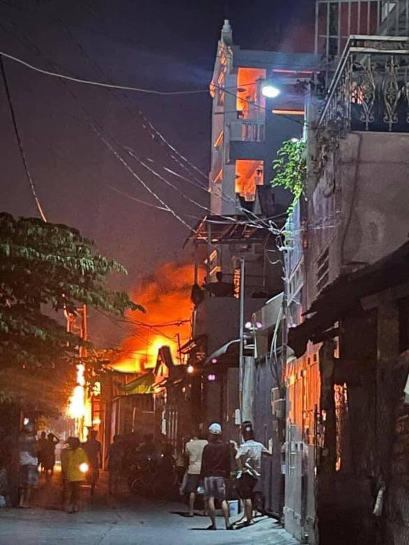 Cháy xưởng ghế sofa ở quận Bình Tân, dân phụ dập lửa bất thành - Ảnh 2.