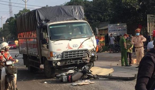 Xe máy đấu đầu xe tải, 2 thanh niên chết tại chỗ - Ảnh 1.