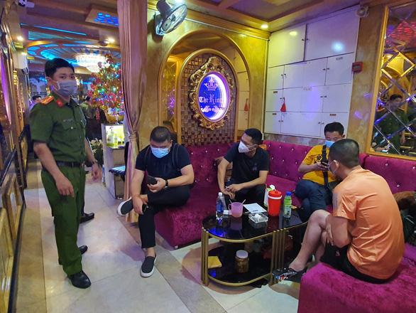 Chưa tự cách ly xong, một người Trung Quốc đã đến nhà hàng ở quận 1 hát hò - Ảnh 4.
