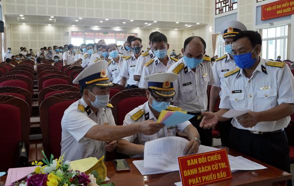 Cử tri hải quân, cảnh sát biển đi bầu cử sớm ở Vũng Tàu - Ảnh 4.