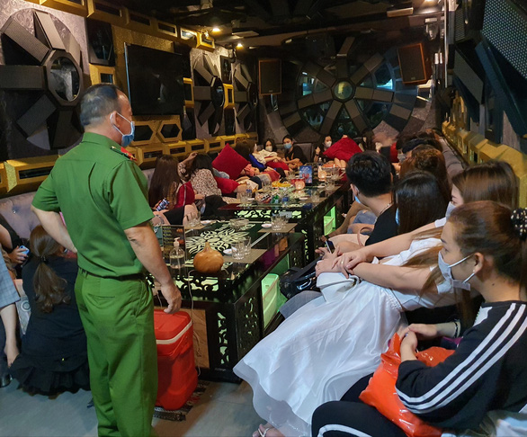 Chưa tự cách ly xong, một người Trung Quốc đã đến nhà hàng ở quận 1 hát hò - Ảnh 3.