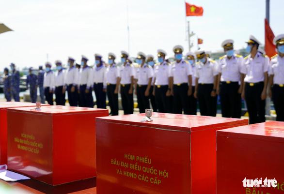 Tàu hải quân chở phiếu bầu cử ra vùng biển chủ quyền - Ảnh 1.
