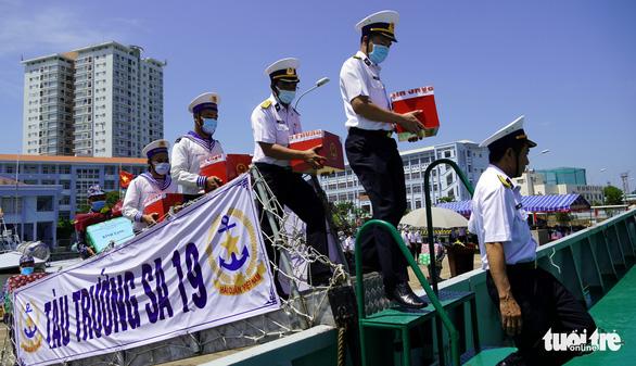 Tàu hải quân chở phiếu bầu cử ra vùng biển chủ quyền - Ảnh 3.